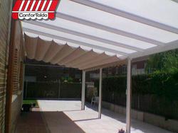 Pergola con techo de policarbonato y lona acrílica