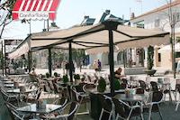 Toldo extensible doble instalado en una terraza de hosteleria