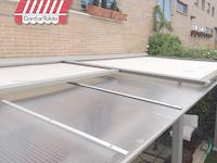 Toldo modelo veranda lona marfil y techo de policarbonato